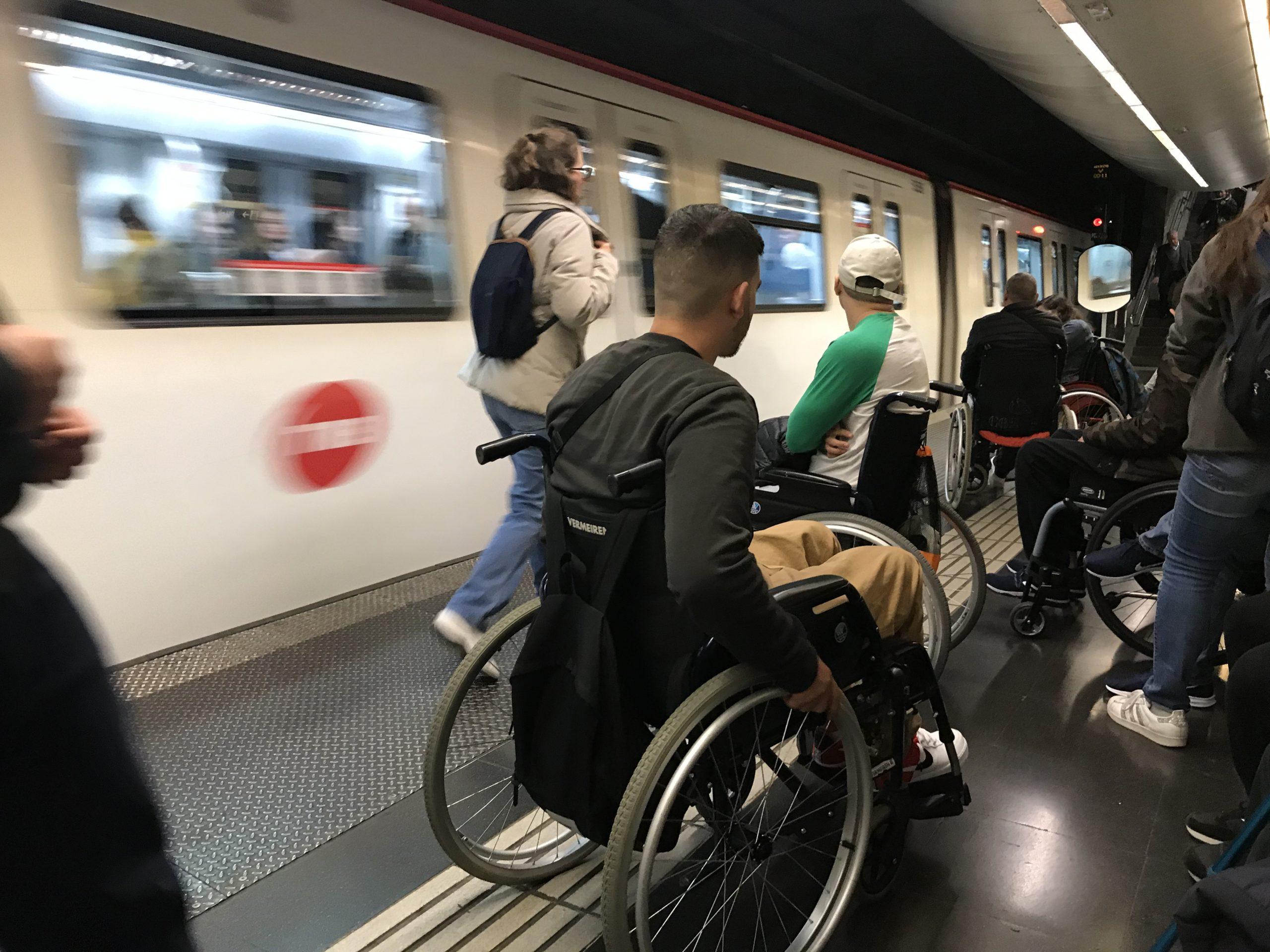 Els transports i estacions de TMB segueixen sense ser universalment accessibles