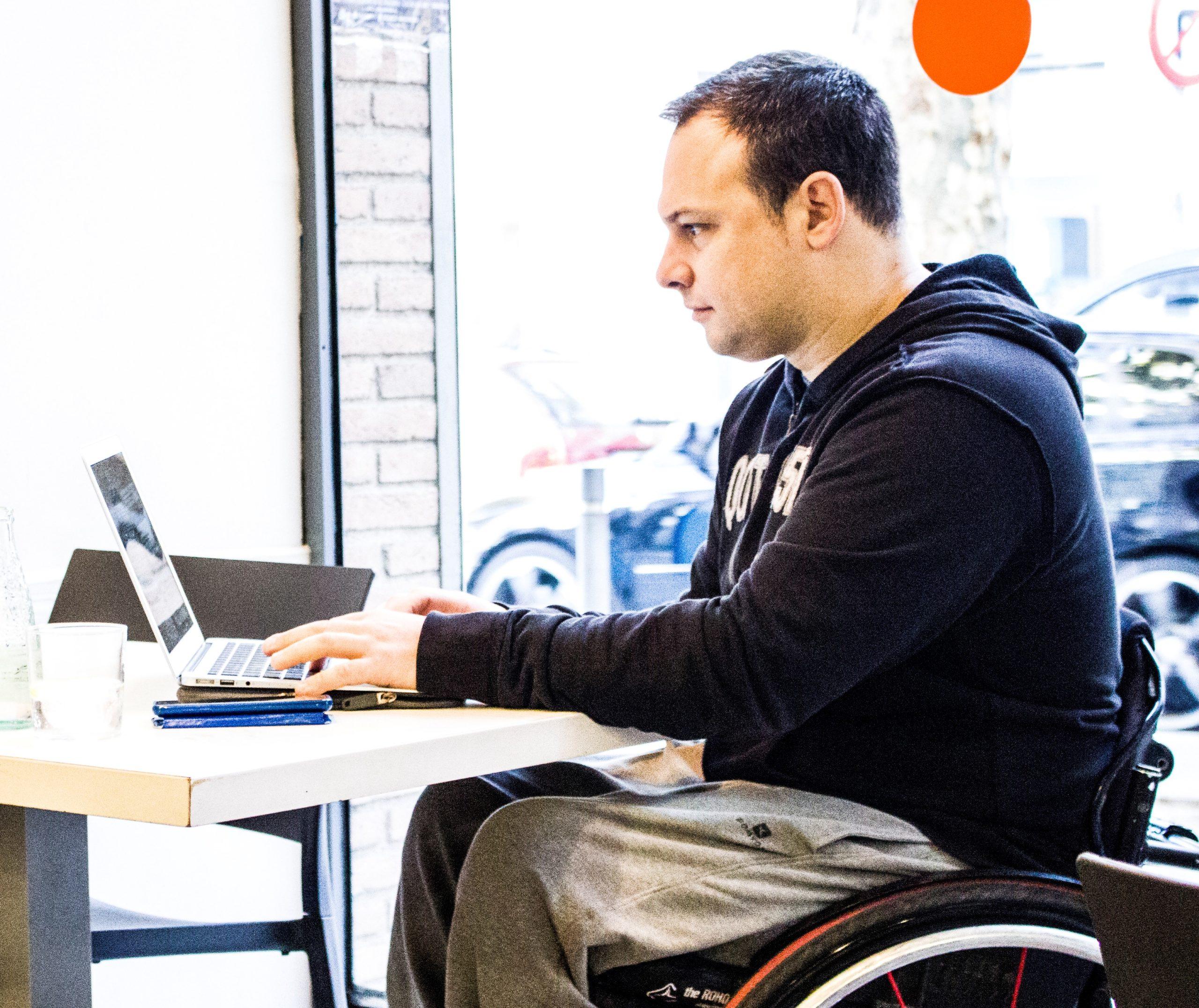 Castells anuncia que la nova Llei d'Universitats tindrà en compte la discapacitat per garantir la igualtat d'oportunitats en el sistema educatiu