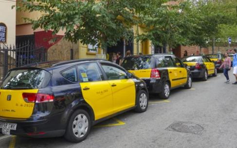 Personas con movilidad reducida demandan al Instituto Metropolitano del Taxi por no contar con el 5% de los vehículos adaptados