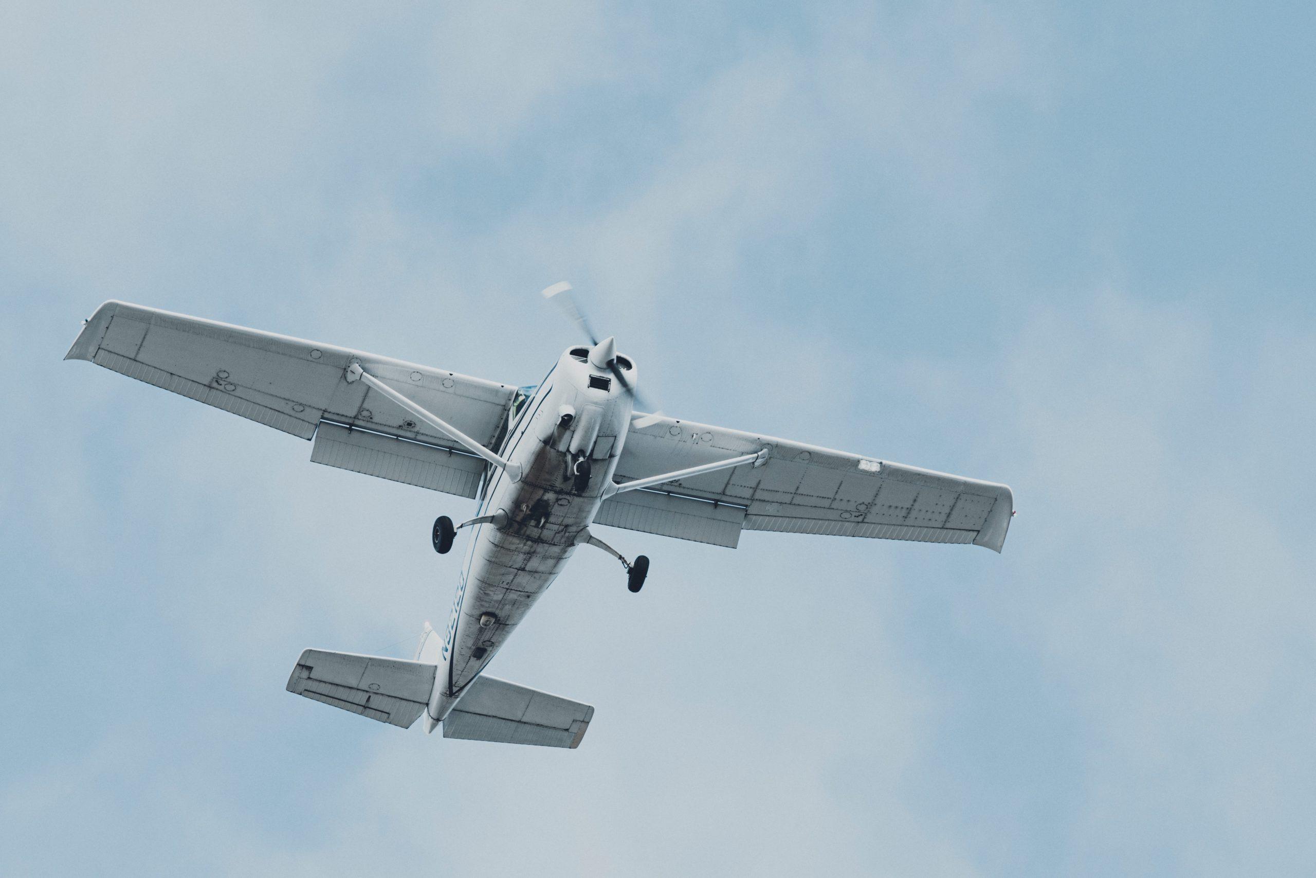 Un centenar de persones amb discapacitat experimenten com és volar en una jornada d'aviació adaptada
